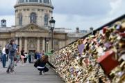В Париже на Мост искусств запретили вешать замки