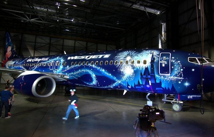 """Авиакомпания WestJet и Walt Disney создали """"Волшебный самолет"""""""