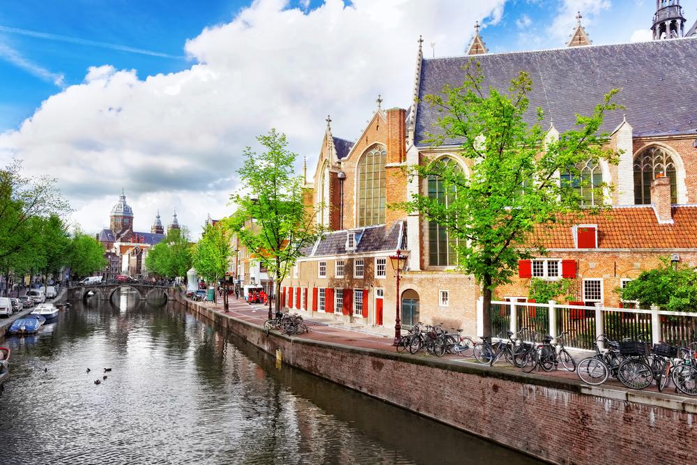 В Амстердаме туристы могут почистить каналы