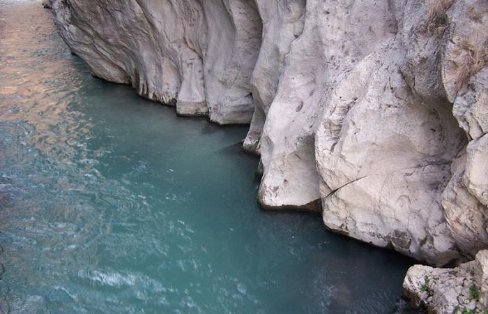 Обрывистые скалы и красивые водопады