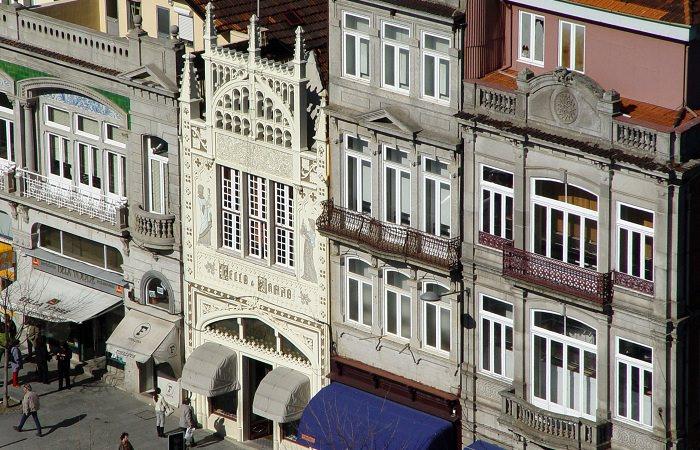 Фасад выполнен в нео-готическом стиле
