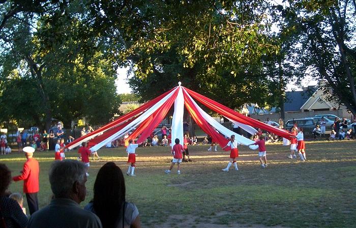 Танцы вокруг майского дерева