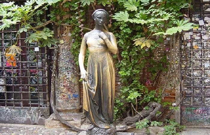 Из-за туристов страдает грудь статуи Джульетты
