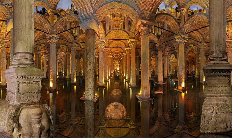 Две колонны с головами Медузы Горгоны у основания