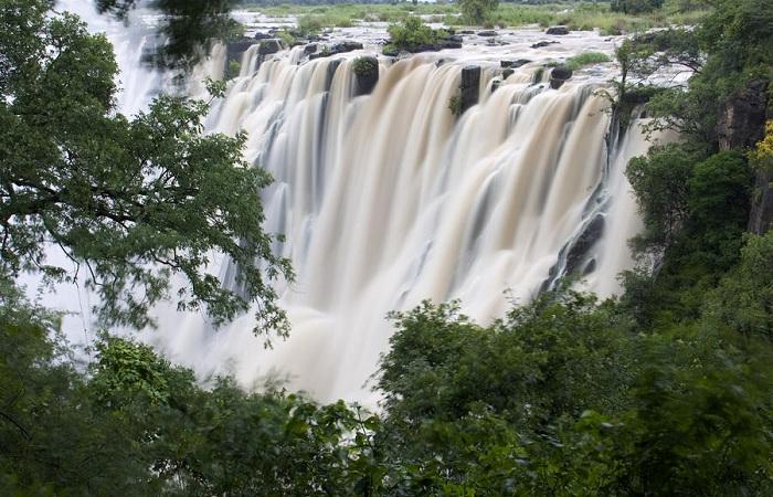 Возле водопада Виктория постоят Диснейленд